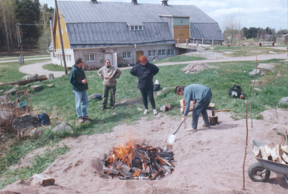 Keramiikan polttoa Kuralassa 1999.